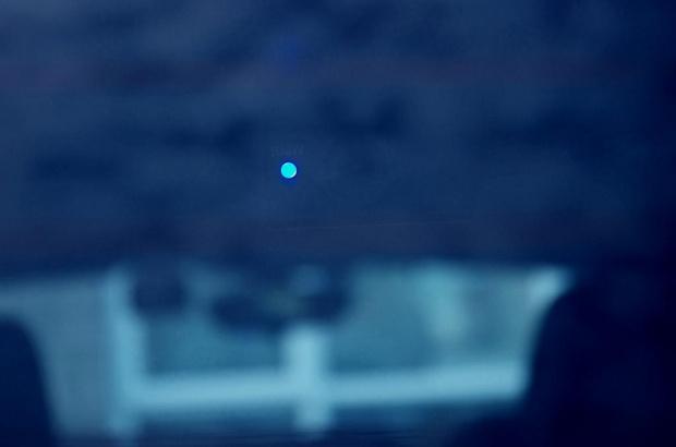 Rejestrator jazdy (tył). Światełko świadczące o rejestrowaniu obrazu.