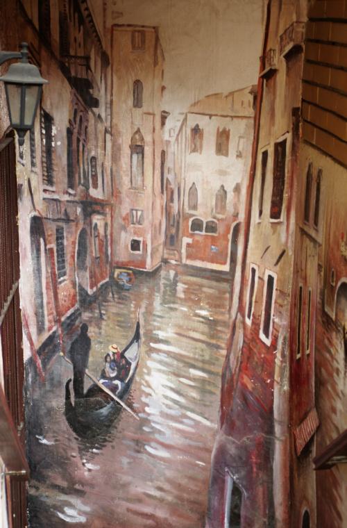 Weneckie klimaty mural przed wejściem do kawiarni