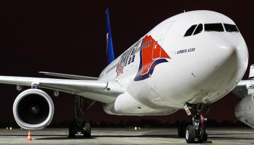 Airbus A330 Travel Service - czarter do ciepłych krajów oczekuje na swój poranny lot pod palmy