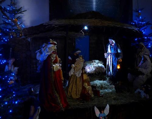 I Trzej królowie, i trzej królowie Od wschodu przybyli I dary Panu, i dary Panu Kosztowne złożyli