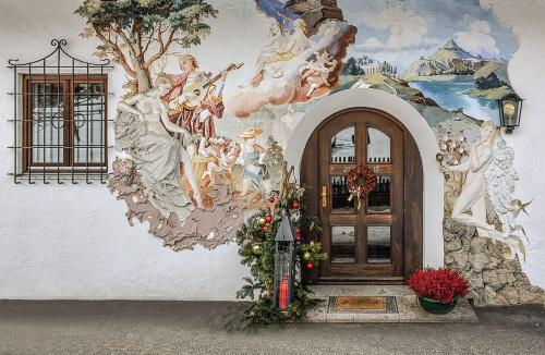 Boczne wejście również pięknie pomalowane