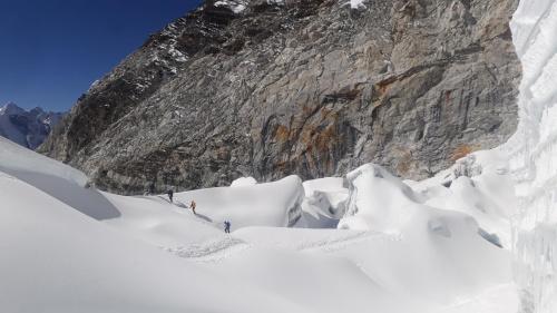Końcówka lodowca już po przejściu mostka z drabin. Mimo radości ze zdobycia szczytu mieliśmy świadomość bardzo, bardzo długiej drogi w dół. A niektórzy wolą wchodzić niż schodzić.