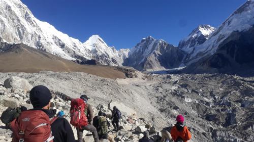 W drodze do Everest BC. Bazy tak naprawdę w zasadzie nie było, bo właśnie skończył się sezon na letnie wyprawy. Niektórzy z idących zamierzają nocować w Gorak Shep.