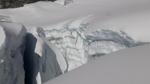 W takim urokliwym labiryncie gigantycznych szczelin lodowcowych idzie się około godzinę w stronę szczytu Island Peak. Zdjęcie zrobione przy zejściu, bo przy wchodzeniu , przed świtem to raczej budzą grozę.