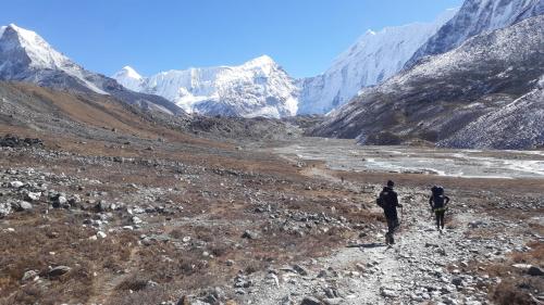 Szlak na wysokości 5000m. Do Base Campu już niedaleko. Łatwa i dość krótka droga z Chukhung. Taki w zasadzie spacer aklimatyzacyjny. W BC byliśmy przed południem.